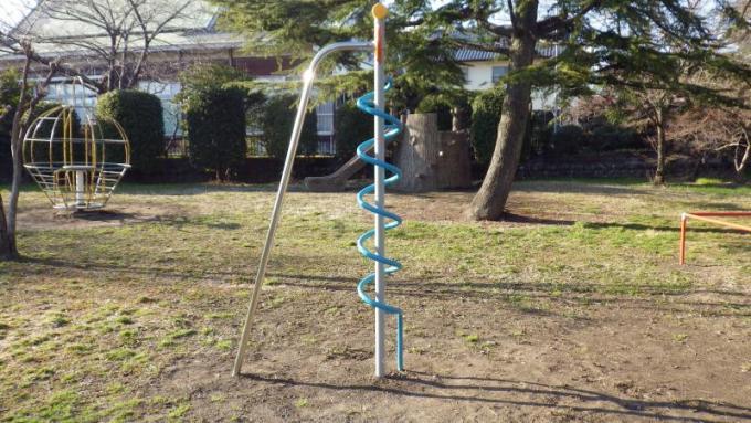 他花28年找出公園「金屬螺旋棒」的正確玩法 網看教學驚呆:不是用來爬的?