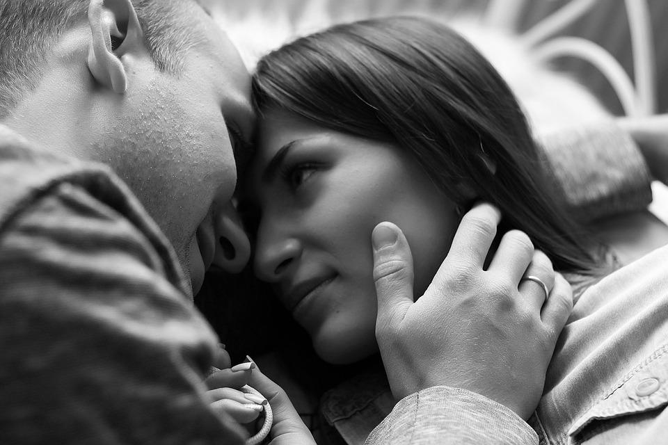 研究指出男人「每天親老婆」會變人生勝利組 比木頭男「薪水多30%」還更長壽!