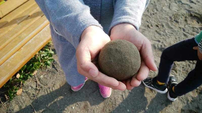 誇張到開班授課!狂人把「泥巴球」搓得超光滑 網看到「終極進化版」嚇傻:那是寶石嗎?