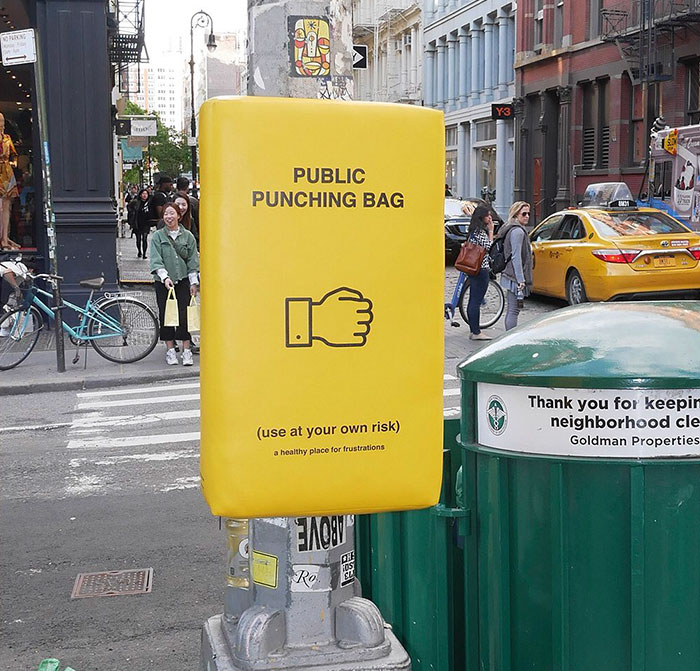 紐約街頭出現「拳擊沙包」路人超爽 設計師公布鼓勵「街頭動手」的原因:很健康!