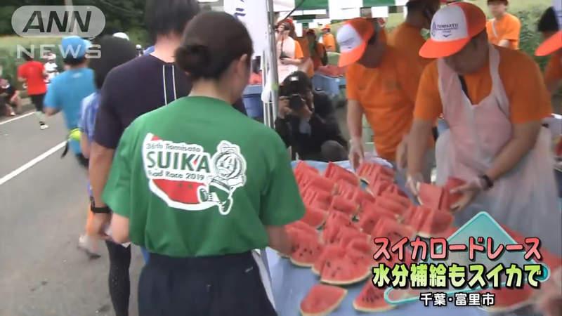 日本出現「一定得吃西瓜」超獵奇路跑 路邊整排「西瓜補給站」比美女還養眼!
