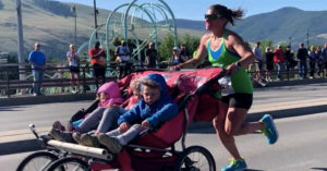 影/超強媽「用嬰兒車推3寶」破馬拉松記錄 她透露這是「最後一次參賽」原因讓網不捨!