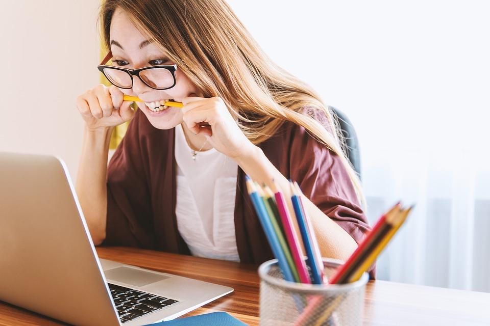 他投書雜誌抱怨「現在年輕人為什麼都不會用電腦?」 無數老主管狂點頭:連開機都要教!