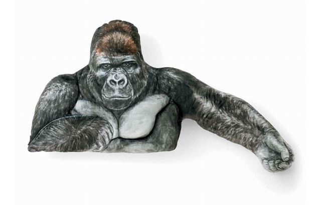 日本推出「大猩猩抱枕」單身妹搶瘋 連超結實「胸肌手感」都完美複製!