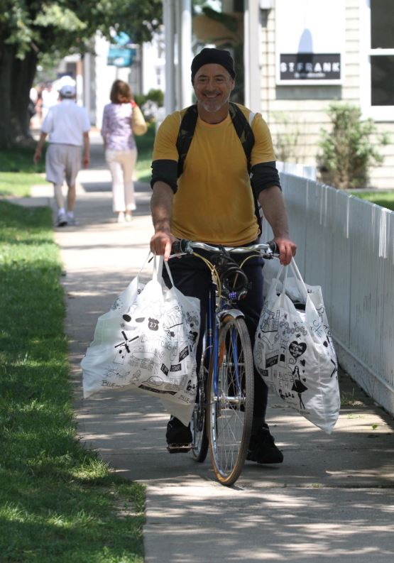英雄的退休生活曝光!粉絲捕獲「野生鋼鐵人」 素顔騎車「掛3大袋」變路邊阿伯