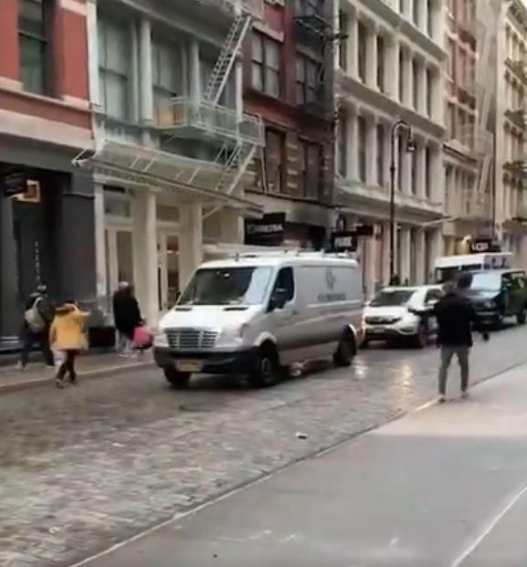 影/2小哥超爆笑「和平吵架影片」吸全球千萬人朝聖 全網讚爆:國際禮儀!