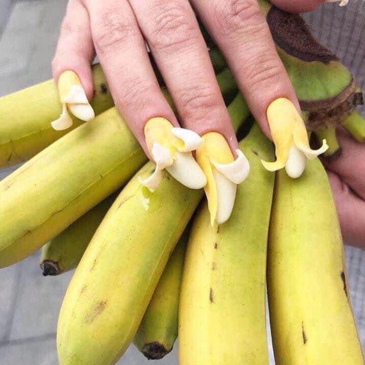 「生活感爆表」最狂造型指甲!她把指甲做成「超寫實刀叉」...直接用手就能開吃了