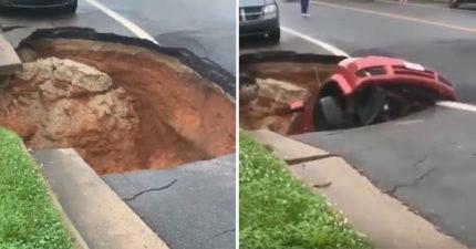 影/超毛!街道莫名出現超大坑洞 車子跟人都直接被「一口吞進去」