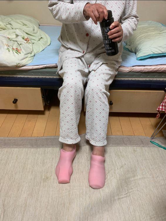阿嬤驚呼「孫ㄟ你新買的保暖襪hen好用捏」他嚇抖衝進房間 看阿嬤雙腳上的...崩潰了