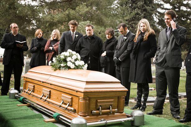 他委託偵探「大鬧葬禮」 直接當面教訓「假惺惺好友」:我知道你想搶我老婆!