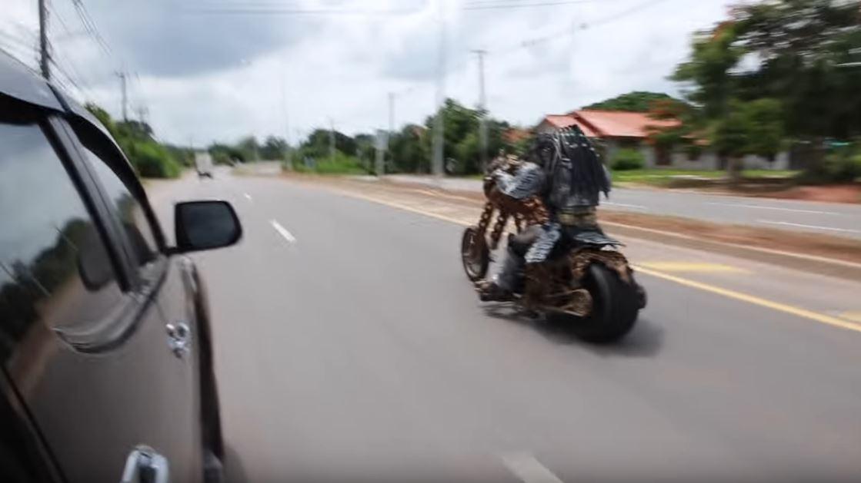 影/泰國出現「掠奪者」在公路上奔馳!網近看「造型細節」大驚:他回來地球了
