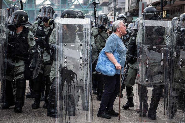 反送中現場目擊!記者拍下「白髮奶奶」怒吼警察 外媒卻踢爆「感人真相」:沒那麽單純