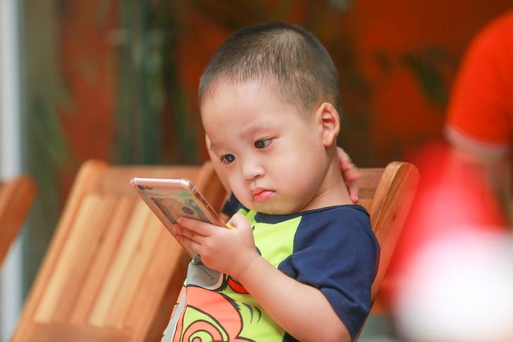 13個讓新手爸媽「專職當養兒達人」的小技巧 給小孩玩手機...不調「飛航模式」超危險!