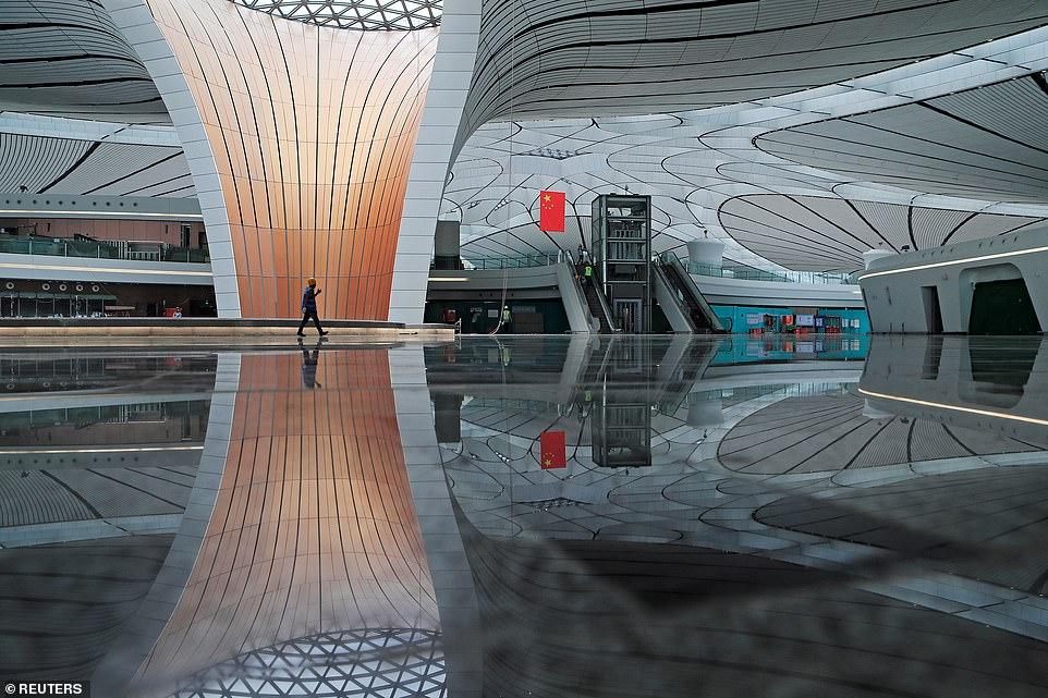 中國砸3620億蓋「全球最大機場」 浮誇外型網友嘲笑...「超未來感內部」卻讓老外都服了!