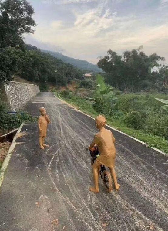 鄉間街頭驚現「金色小銅人」畫面被瘋傳 近看才發現「不是雕像」27萬網友讚爆!