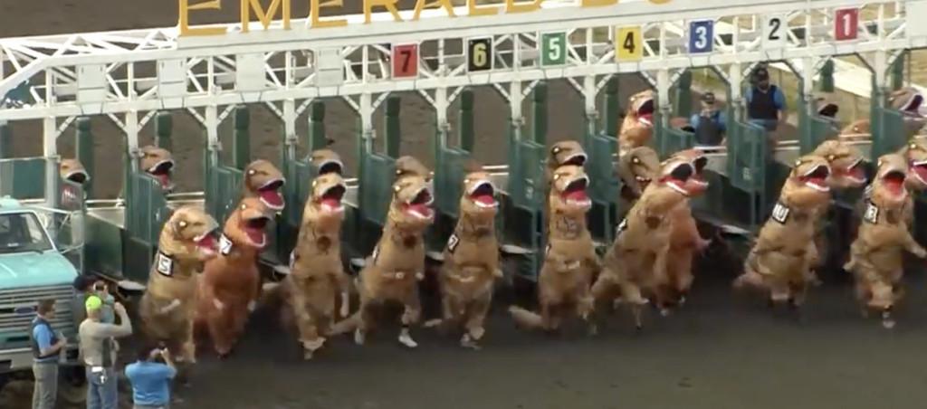 美國舉辦超認真「暴龍賽跑」 超萌「小短手瘋狂甩」畫面讓網友笑翻:這就是侏羅紀!