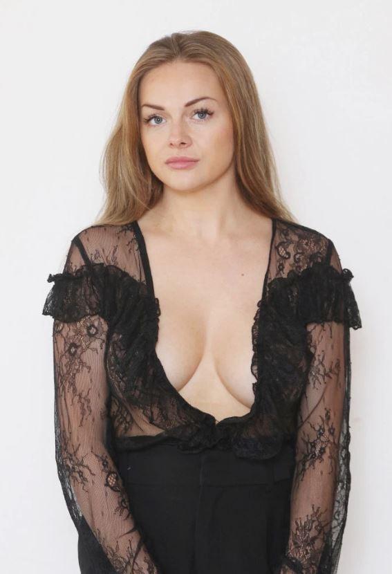 英國辣媽因為「穿太露」被禁止搭機 她無奈「多穿一件」還被拒...超荒謬理由曝光!
