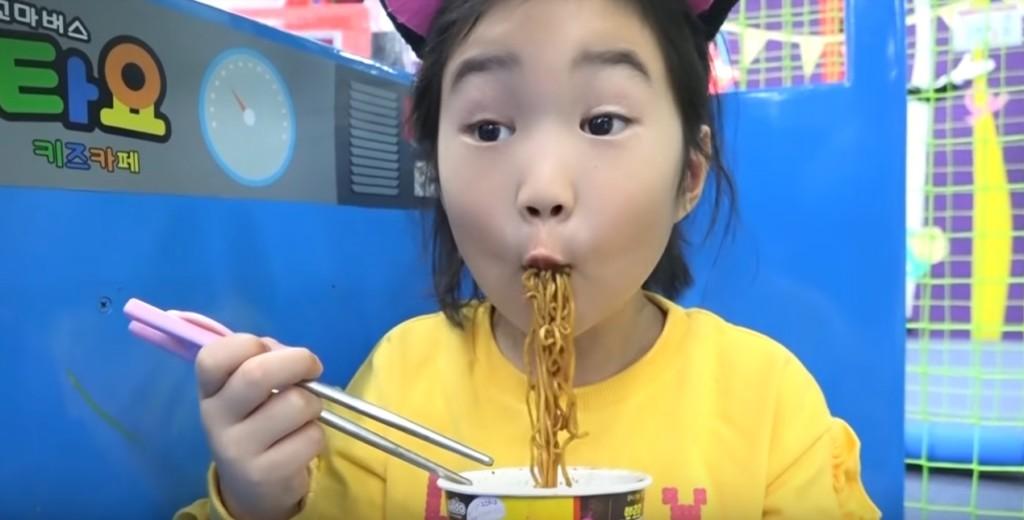 影/南韓6歲網紅狂吸金「幫家人買下2億豪宅」 她隨便「吃碗麵」竟有3億人關注!
