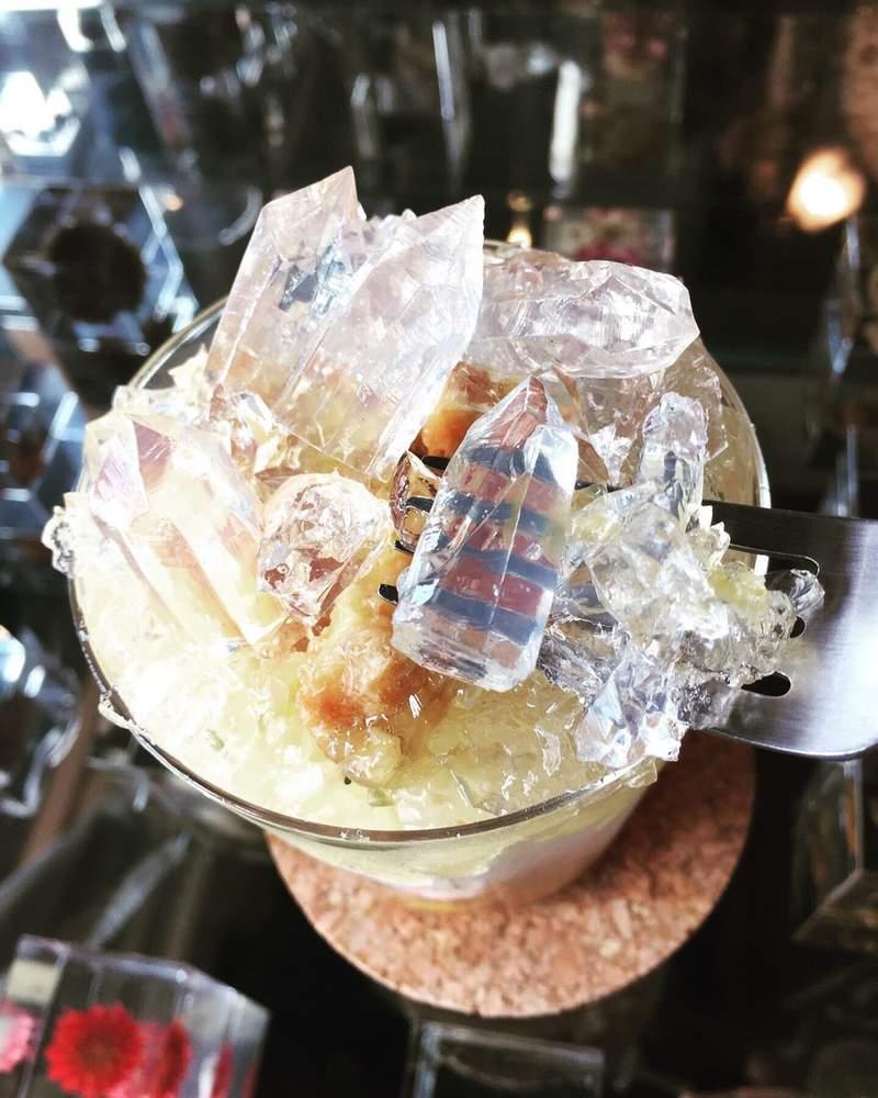 礦石也能吃了?日本仙氣爆表「水晶聖代」爆紅 「折射光線畫面」拍照完全不用濾鏡