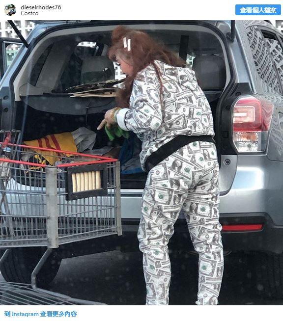 19位「逛街也堅持做自己」的獨特人類 她把「鈔票」全穿在身上!