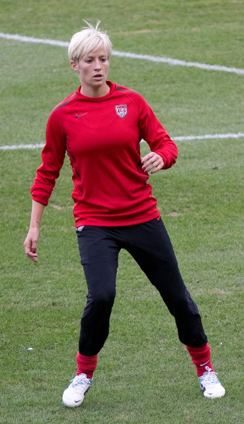 美國女足奪冠「激帥隊長」爆紅 一人抱「3獎盃」打臉川普:我才不會去見他!