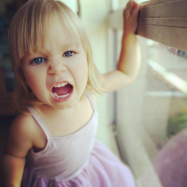 20張「生活比大人世界更有趣」可愛小孩照 她跟哥哥「打電動永遠贏不了」...關鍵就在手把上!