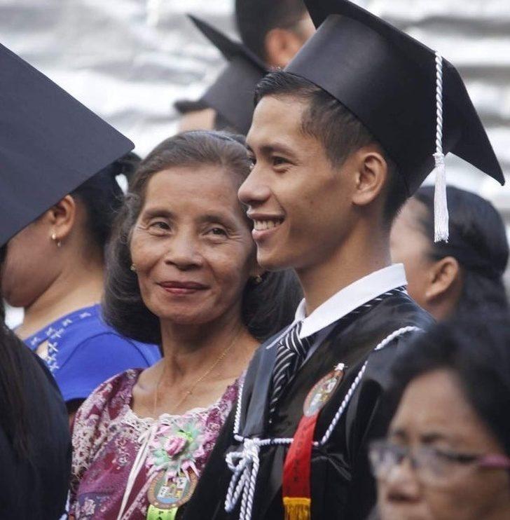 21張「在黑暗中點亮世界」的鼻酸暖心照 兒子畢業「媽媽的眼神」讓你重新相信愛!
