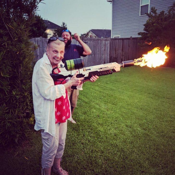 18張讓你「忍不住跟著一起笑」的浮誇表情 阿嬤「拿到噴火槍」的臉超滿足!