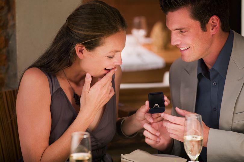 準新娘甜曬超浮誇「貝殼婚戒」 但網友焦點卻全在她「指甲」:強迫症爆發了