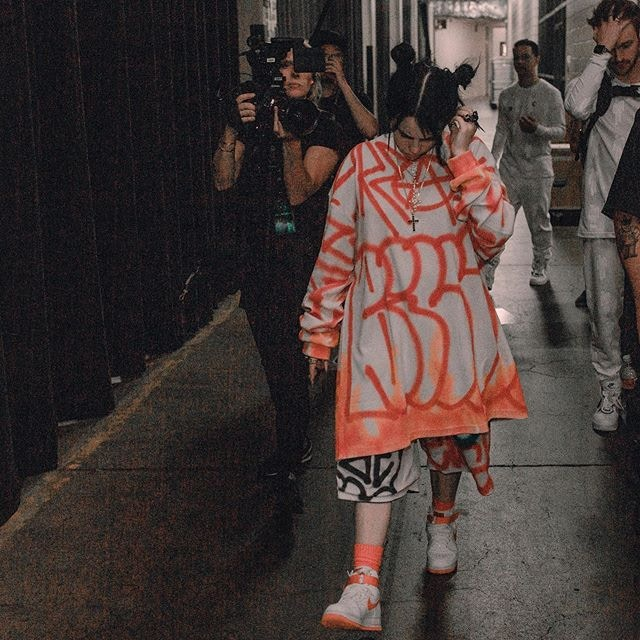 怪奇比莉為什麼總穿「超大尺碼衣服」?她一句話神回應...網:正確價值觀