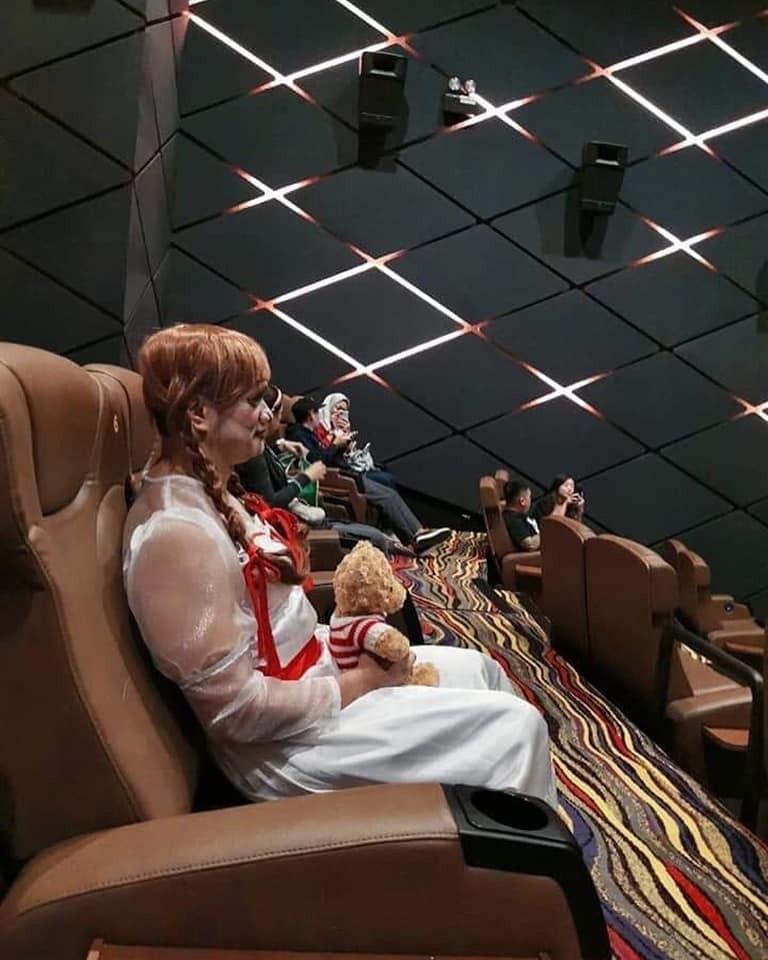 電影院竟驚現「真人版安娜貝爾」!揭開「正臉」網友嚇到腿軟