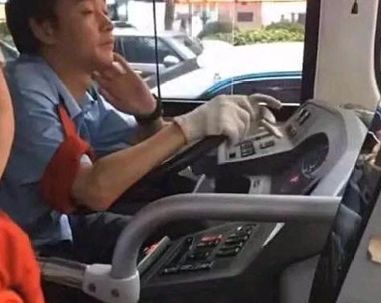 民眾搭公車看到「司機眼神」嚇壞 偷偷拍下「超熟悉側臉」震驚全網:是張國榮轉世!