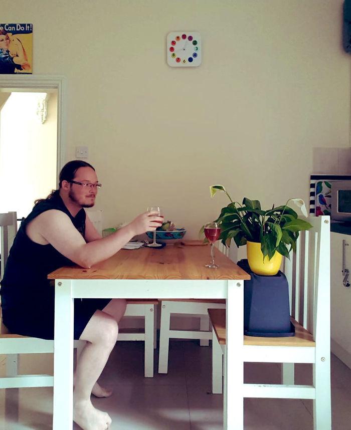 他請室友幫忙照顧植物 收到照片卻驚見「女友級待遇」太爆笑!網:還缺室友嗎