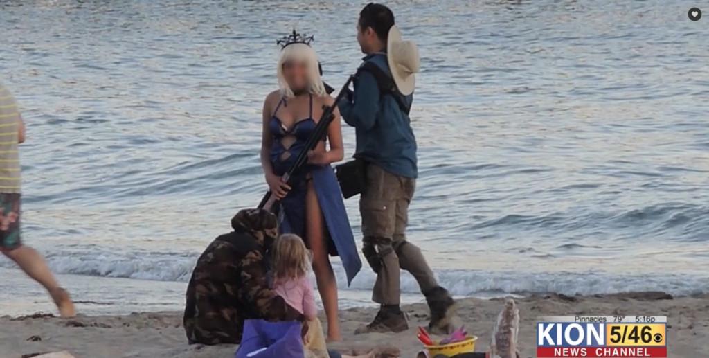 正妹Coser在海邊「拿道具拍照」卻被逮捕 警察狠嗆「假的也不准」網怒轟:瞎了嗎?