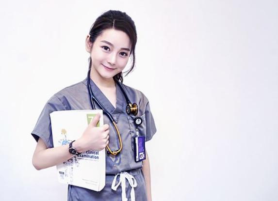 正妹女醫師決定義賣「成功的秘訣」做善事 極美字跡「超神筆記」被讚爆!
