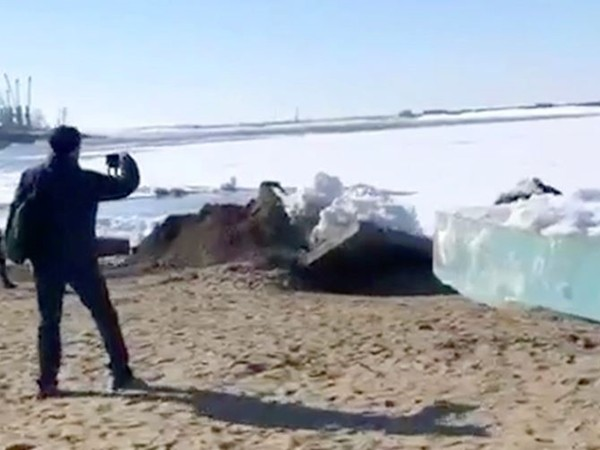 影/俄羅斯驚現「4.8公尺巨冰」湧上岸 超衝擊「冰海嘯」民眾卻樂翻:夏天來了!