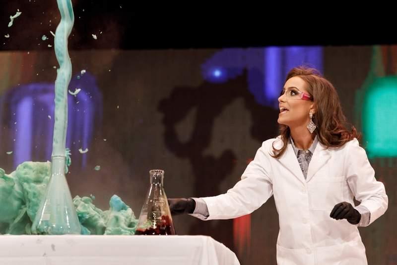 高學歷正妹參加選美比賽 現場表演「化學實驗」當才藝…評審:妳贏了!