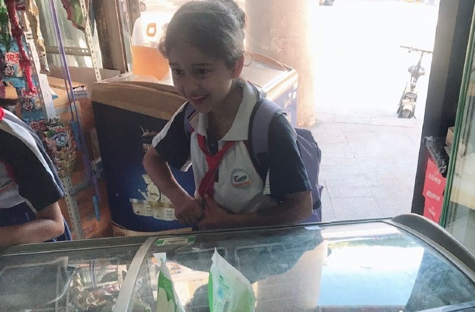 網瘋傳「最美國小生」爆紅!粉絲挖出「迪麗熱巴童年照」大驚:是時空逆流嗎?