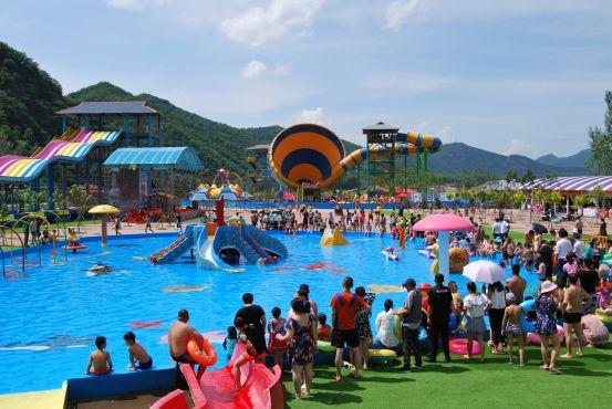 影/水上樂園突掀巨浪 遊客「秒被淹沒」失控尖叫…網看傻:這是海嘯吧!