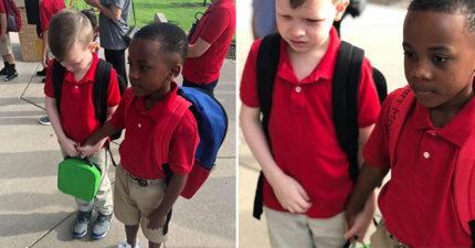 自閉童開學日「縮牆角偷哭」不敢進教室 新朋友「霸氣拉手」保護:我帶你進去!