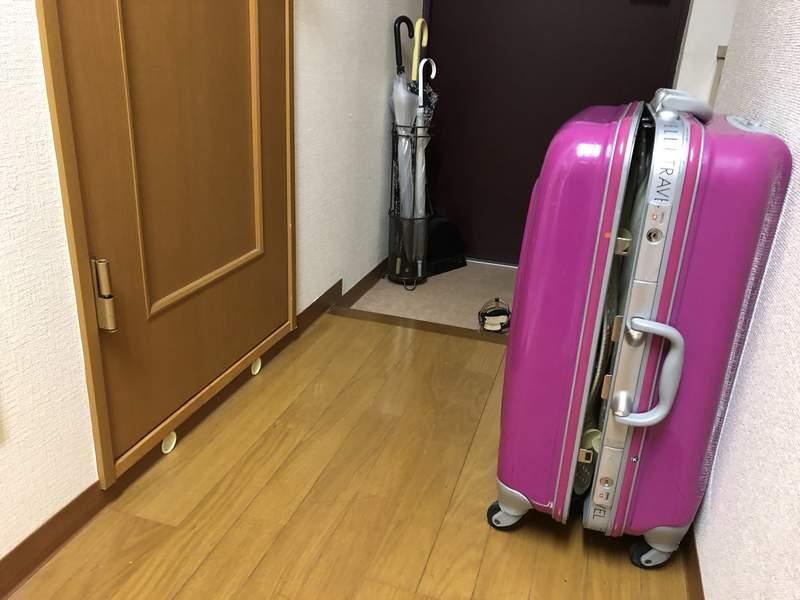 日網友獨居卻被「行李箱」關廁所 她警告:手機不能離身!