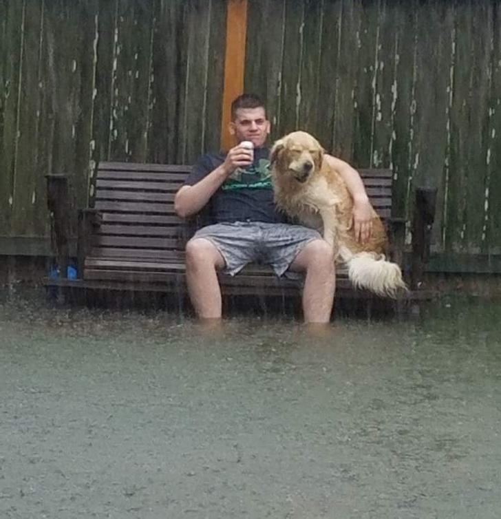 20位「天塌下來就當棉被蓋」的樂觀人類 他在「狂風暴雨」跟狗狗開心約會!