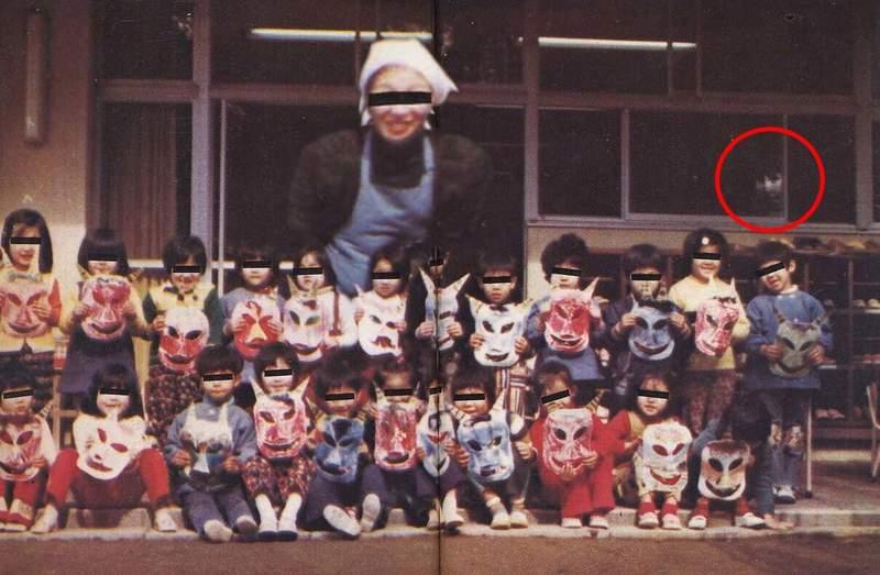 拍到靈異照「超大隻婆婆」卻更搶眼 幫標紅圈圈也救不了「可憐幽靈」存在感太低