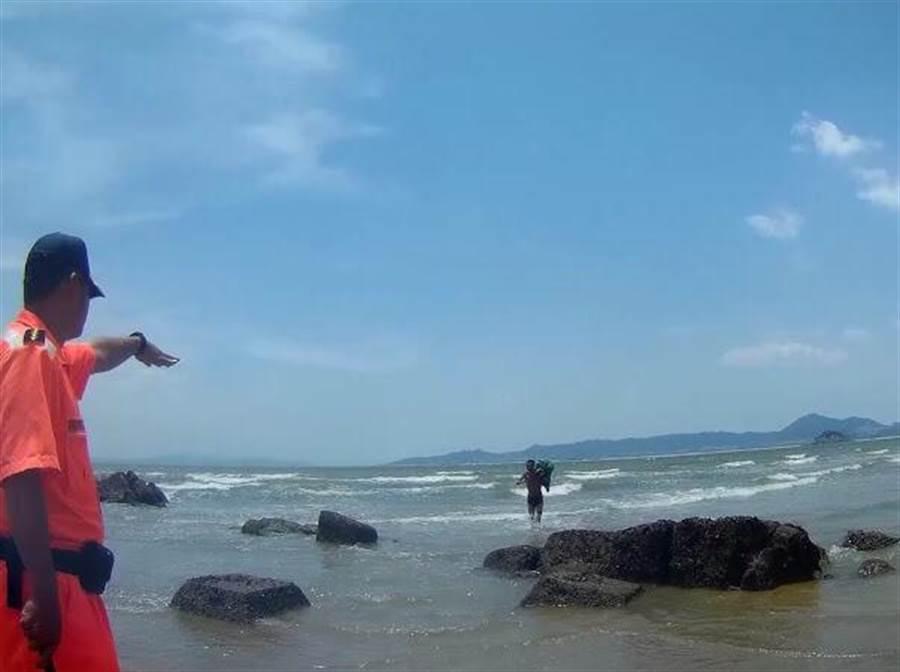 中國男靠「4瓶可樂+2包泡麵」狂游28公里 他「一定要到台灣」網嘆:為了活下去!