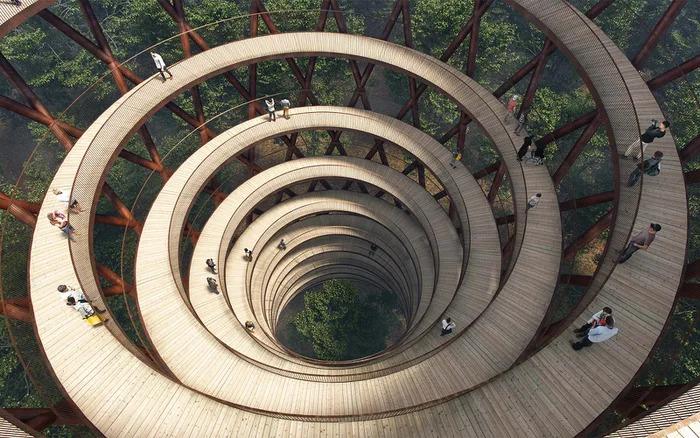 丹麥在森林中心蓋「巨大螺旋步道」 360度「欣賞綠海美景」網看側面圖:超震撼!