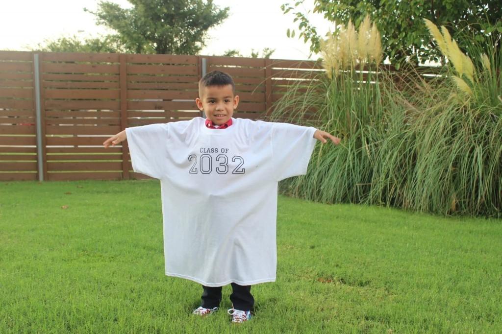 創意媽為兒子打造「求學人生紀念T恤」被瘋傳 她揭開「2032數字的背後意義」讓網爆淚!