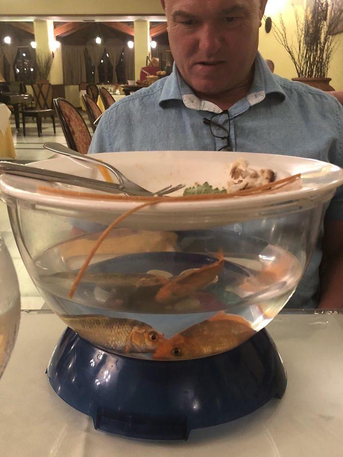 """28 món ăn trên bàn """"Tôi sẵn sàng để bạn gục ngã"""", chiếc bánh mì lạ được đặt trong """"một cái tát vào tóc"""" như một món khai vị"""