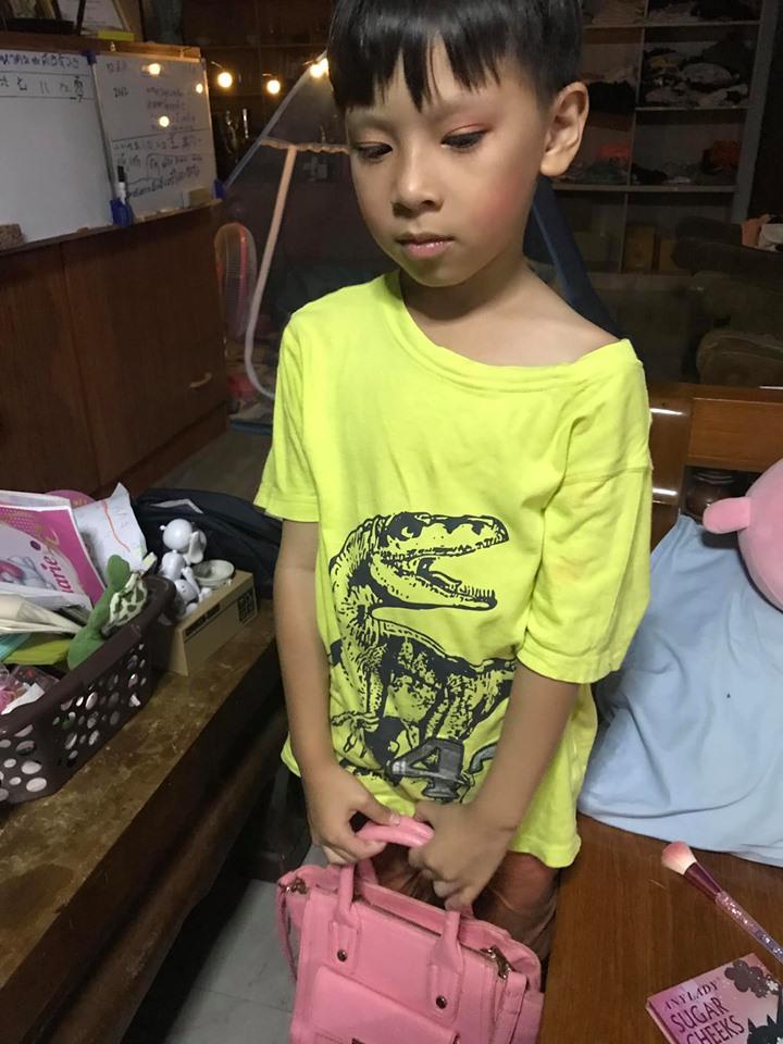 7歲男童因「喜歡穿粉色裙子」被嘲 帥氣老爸「力挺兒子貼文」感動全網:我是有福氣的人!