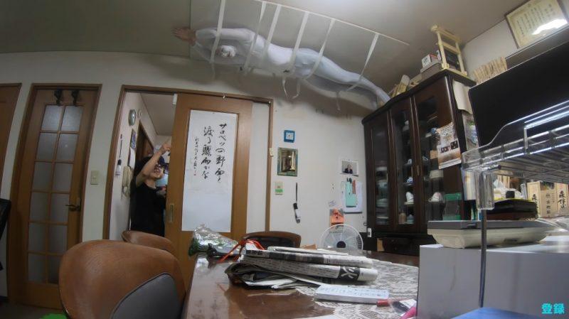 影/超狂孫把自己「黏在天花板」惡整阿嬤 她「嚇到彈跳」全網笑翻:爺爺也是共犯!