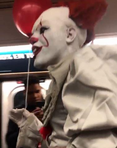 地鐵驚現《牠》邪惡小丑「潘尼懷斯」 乘客看到「超詭異微笑+紅氣球」竟完全不怕!